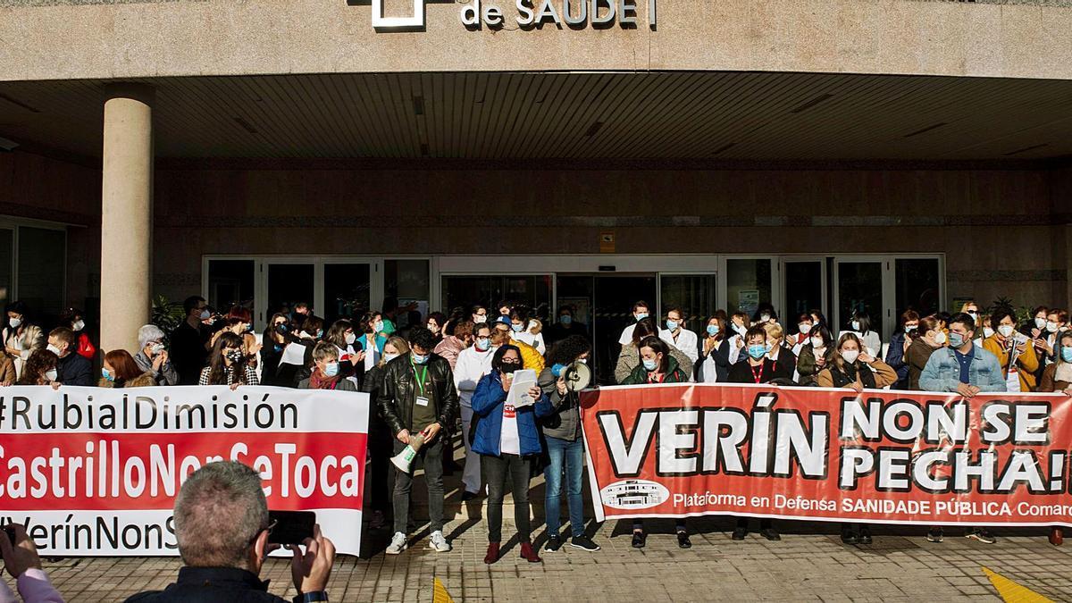 Más de quinientas personas en el hospital de Verín para pedir el archivo del expediente contra Javier Castrillo.