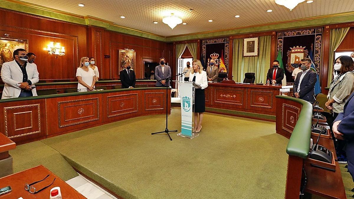 El pleno del Ayuntamiento comenzó con un minuto de silencio por las víctimas de violencia de género.