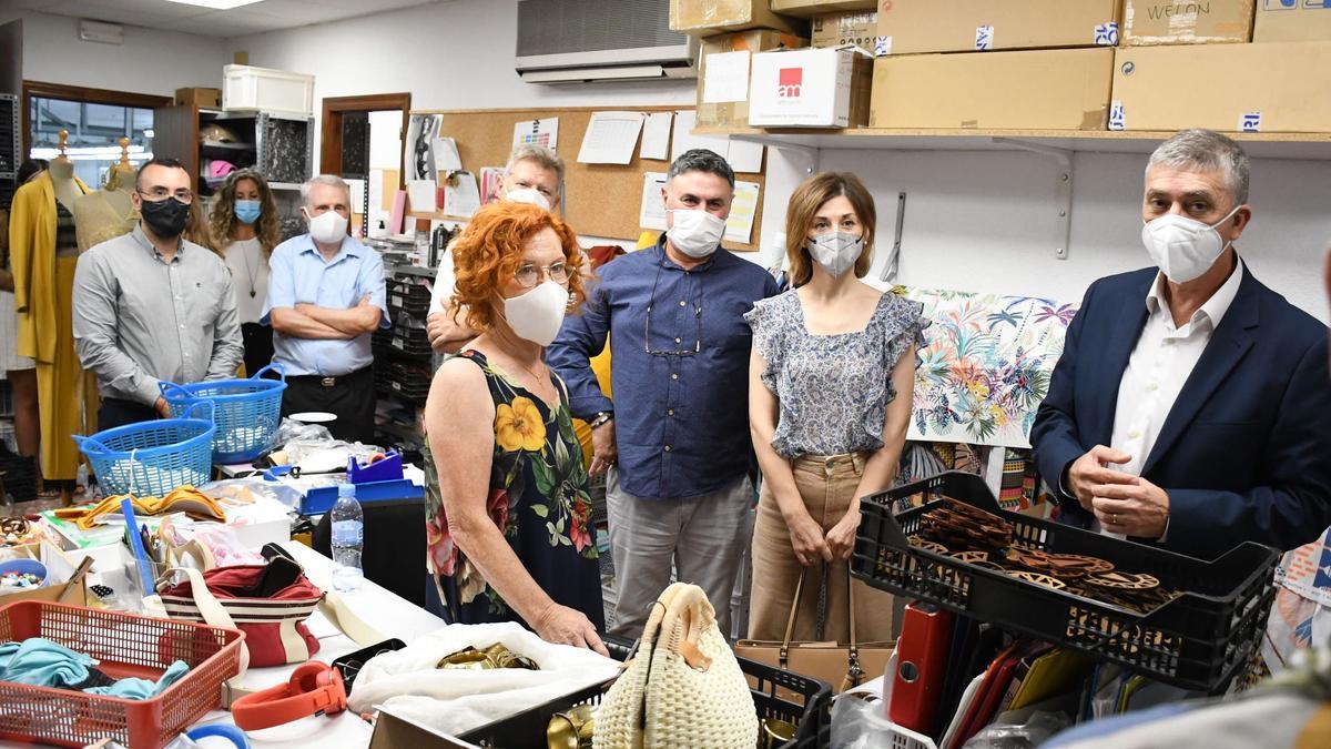 El alcalde, José Benlloch, junto con autoridades, visita y pone en valor la empresa local Dolores Cortés.