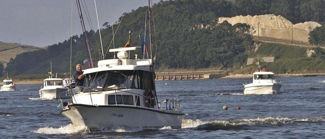 Varias embarcaciones de recreo arriban a la ría de Avilés en una pasada competición deportiva.   Miki López