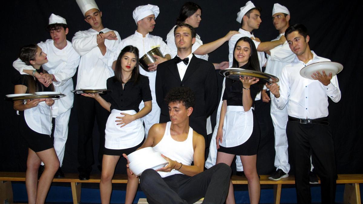 El grupo zamorano Atrezzo Joven, premio Castilla y León de Teatro Joven, con su obra anterior.