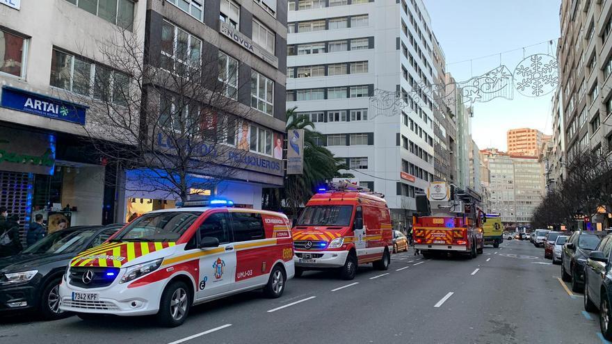 Los Bomberos rescatan por la ventana a una mujer que se cayó en su casa en Juan Flórez