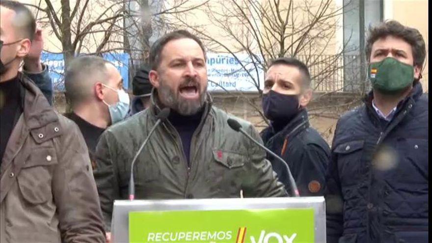 Detienen a seis jóvenes por el lanzamiento de objetos contra Abascal en un acto electoral de Girona