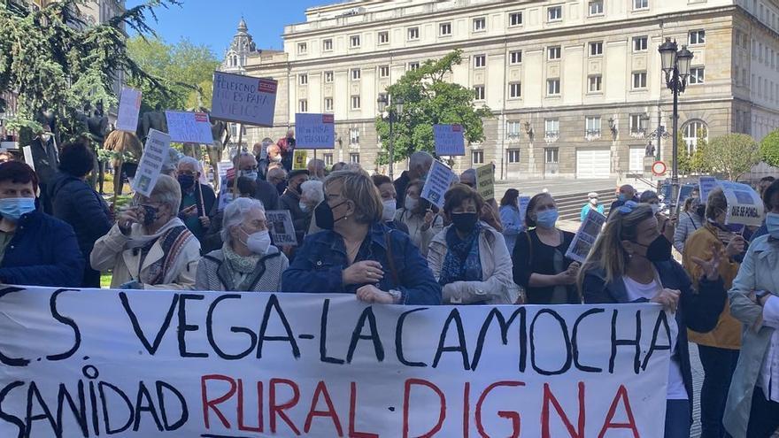 """""""Con la salud no se juega"""": la protesta de los asturianos por la falta de atención presencial en los centros de salud"""