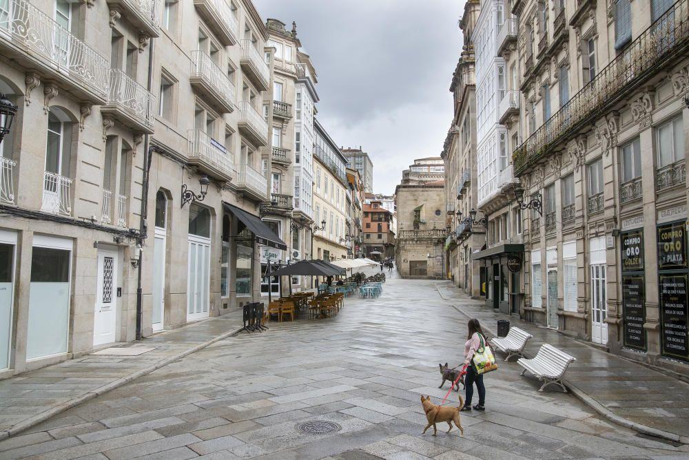 Terrazas vacías y poca afluencia por la calle en el primer fin de semana con reuniones prohibidas. // Carlos Peteiro