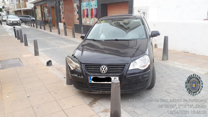 Una conductora borracha estampa el coche en una calle y lo abandona para ir a recoger a su hija en Ibiza
