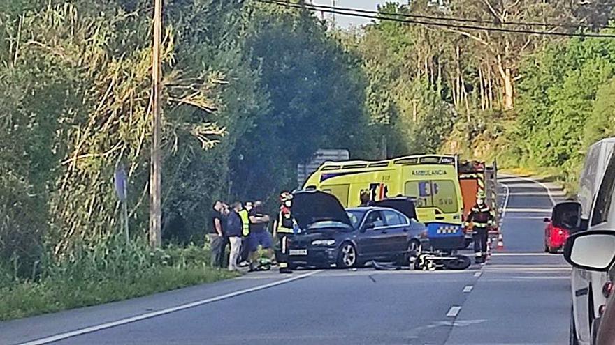 Un motorista resulta herido al colisionar con un coche en la carretera PO-548, en Bamio