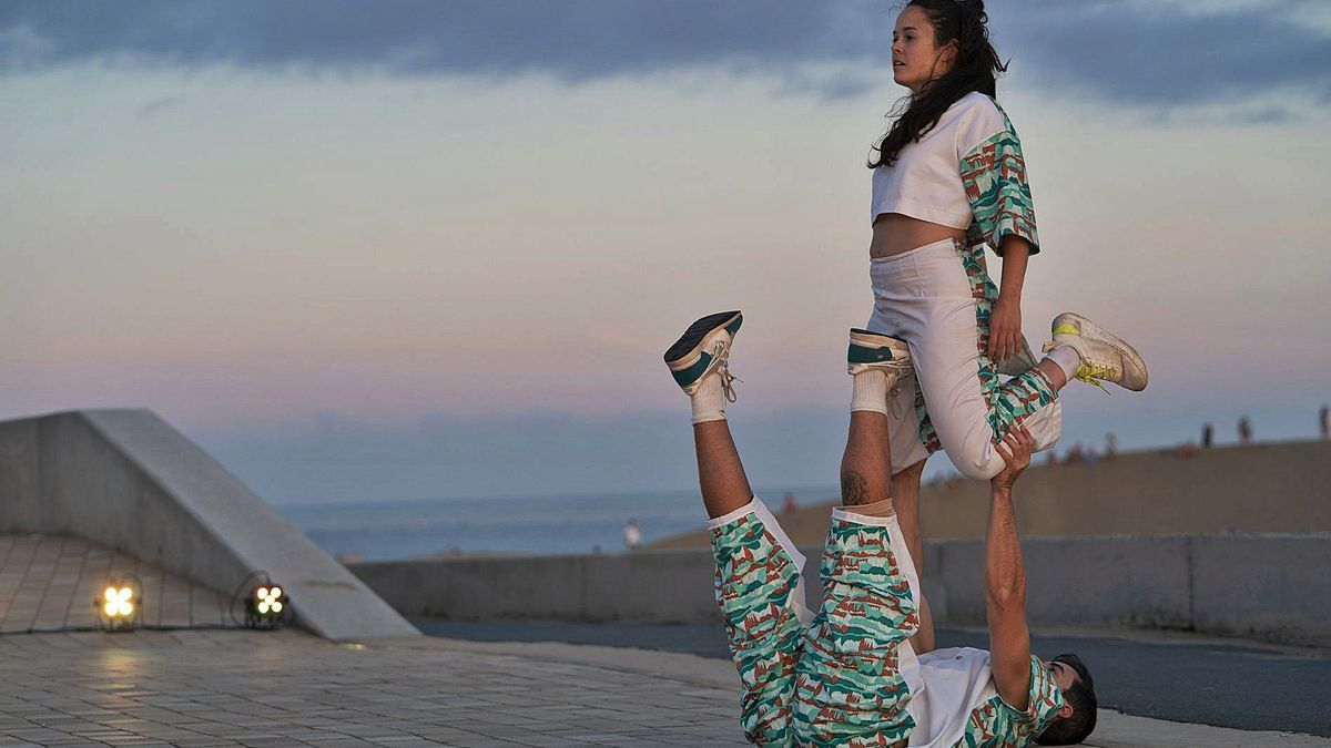 Javier Cuevas and Paula Quintana during the performance of 'That which you see' at the Mirador de las Dunas de Maspalomas.  |  |  ASSIGNED BY THE ORGANIZATION