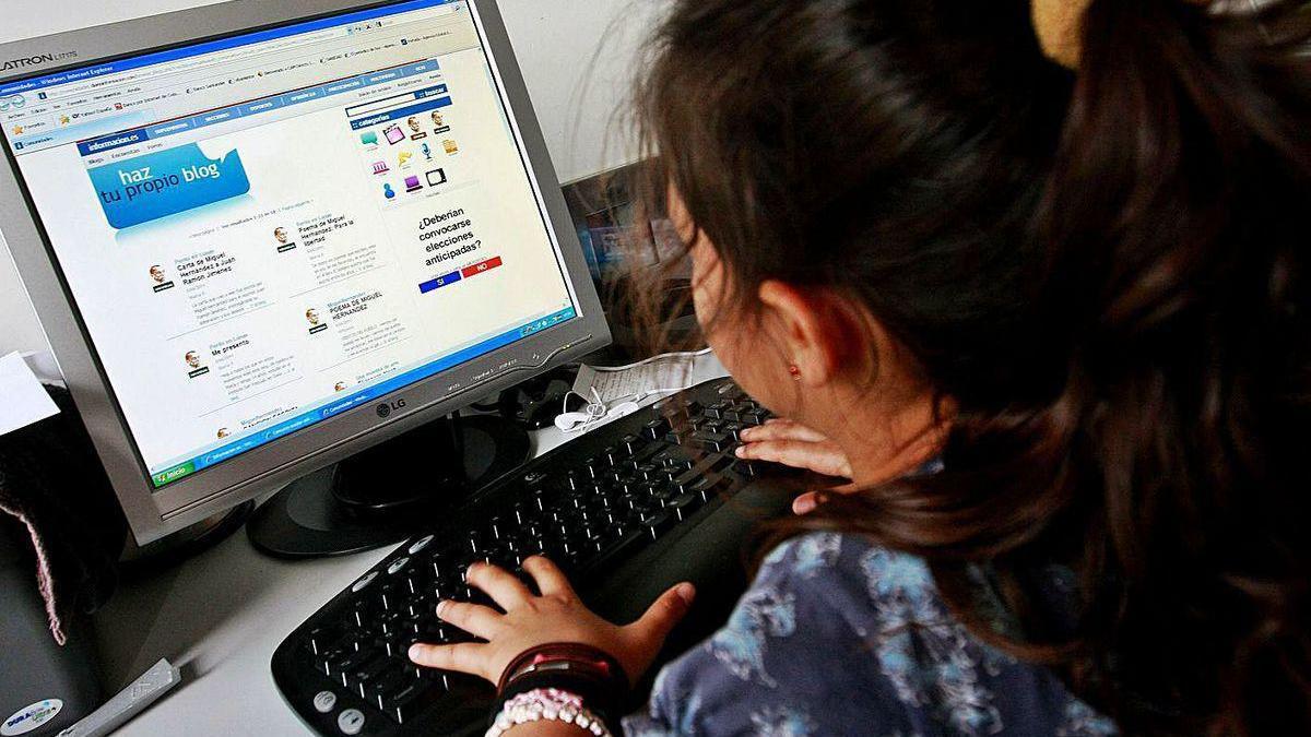 Una niña navega por internet.