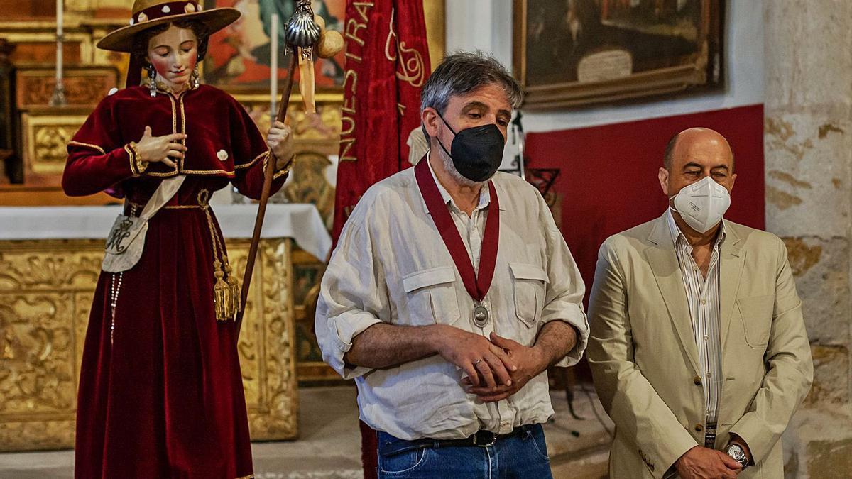 El presidente de la Cofradía de la Virgen de la Concha, Flecha, y el secretario de la Fundación Caja Rural, Ferrero, junto a La Peregrina. | Sergio Villar