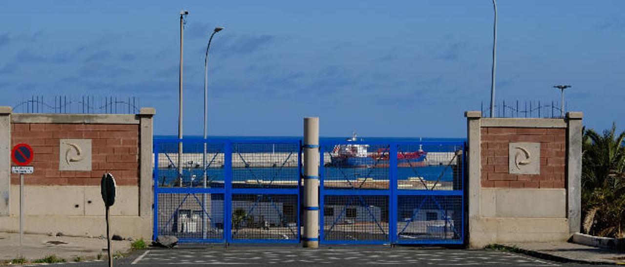 Puerta de acceso al Puerto desde el polígono industrial El Sebadal, ayer.