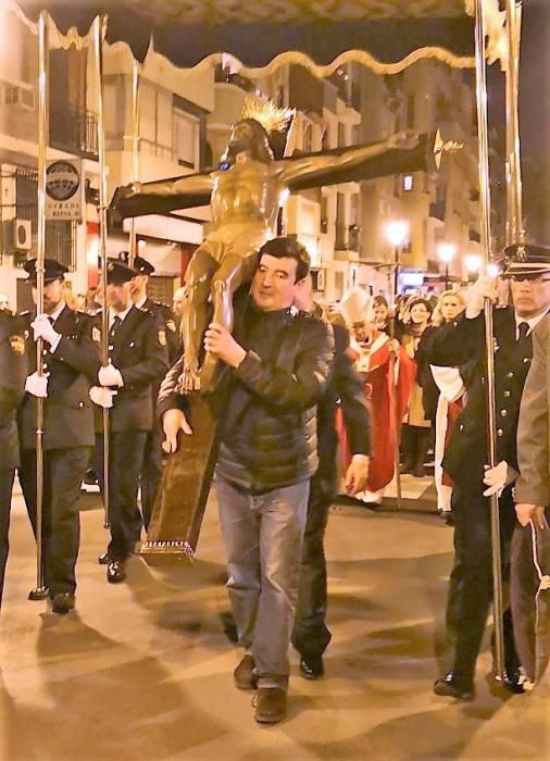 ... aunque posteriormente Fernando Giner también se unió a la tarea de llevar a pecho la imágen del Cristo de los Afligidos.