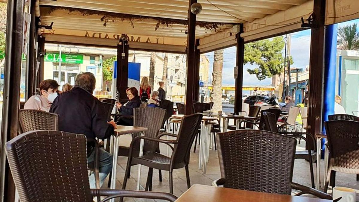 Mesas y sillas en un establecimiento del municipio de Alcantarilla | L. O.