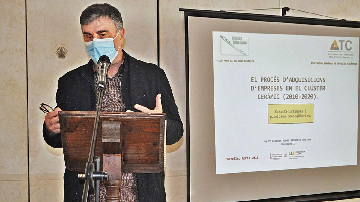 Francesc Xavier Molina en la presentación del informe. | LEVANTE-EMV