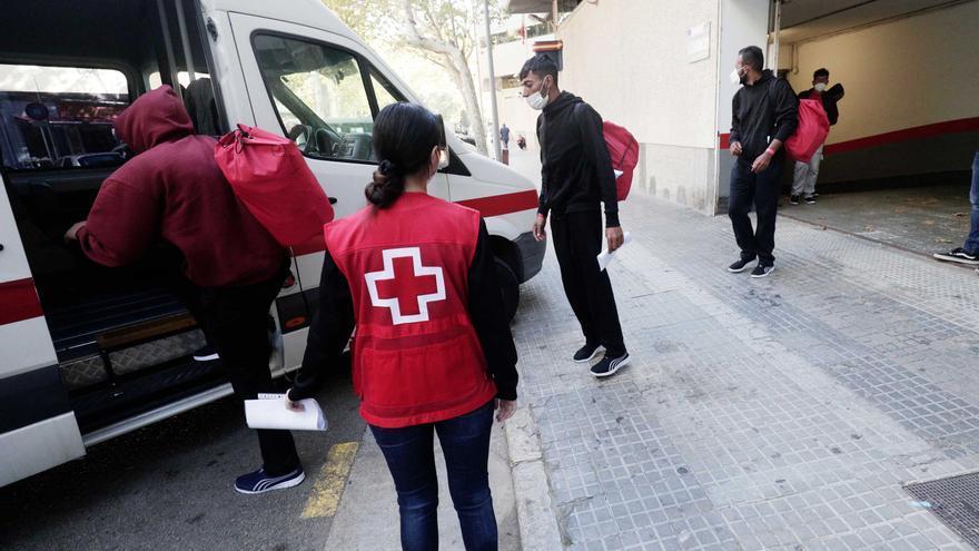 Trasladan a Barcelona a los migrantes rescatados en Cabrera