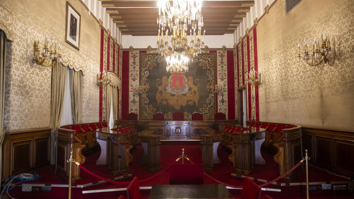 El Salón de Plenos de Alicante permaneció ayer vacío al celebrarse la sesión ordinaria del mes de septiembre por vía telemática para cumplir con las medidas «anticovid».