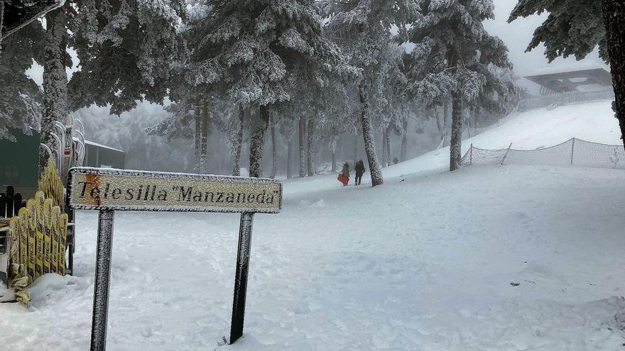 Una Navidad llena de nieve, pero huérfana de gente en Manzaneda