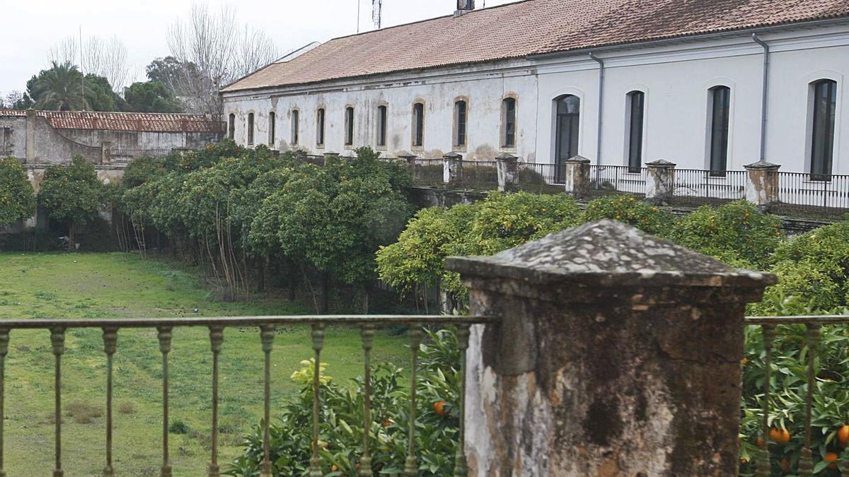Vista de los pabellones que ocuparon la antigua Farmacia militar hasta hace una década.