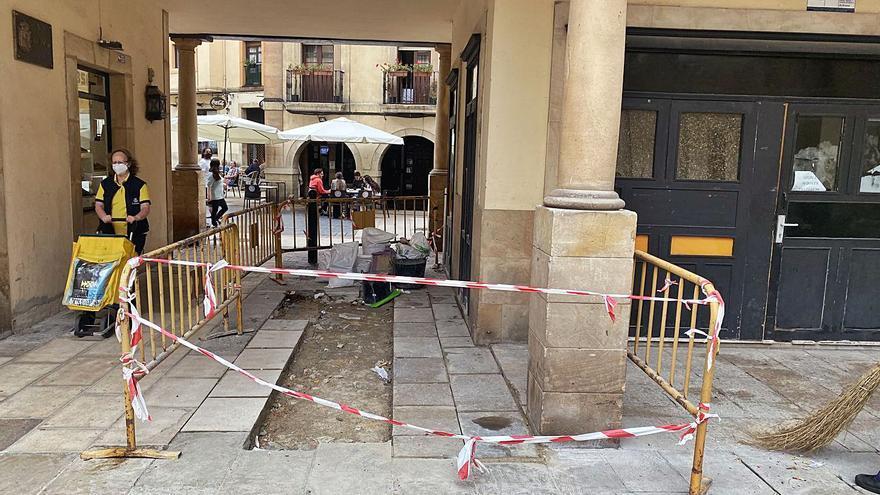 Los vecinos del Fontán arreglan el firme de la plaza