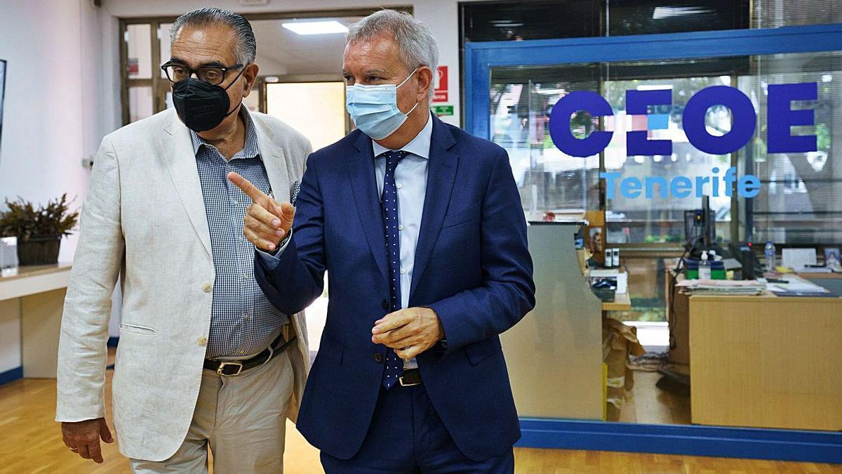Sebastián Franquis (derecha) y José Carlos Francisco, ayer en la sede de la CEOE-Tenerife.