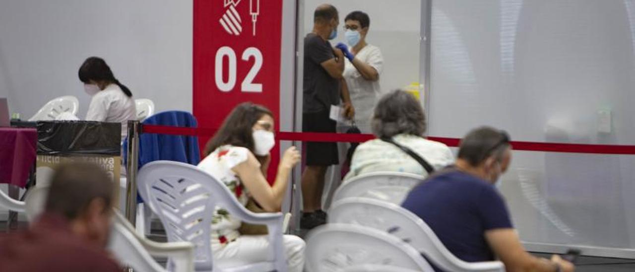 Un hombre recibe la vacuna contra el Covid-19 en Xàtiva   PERALES IBORRA