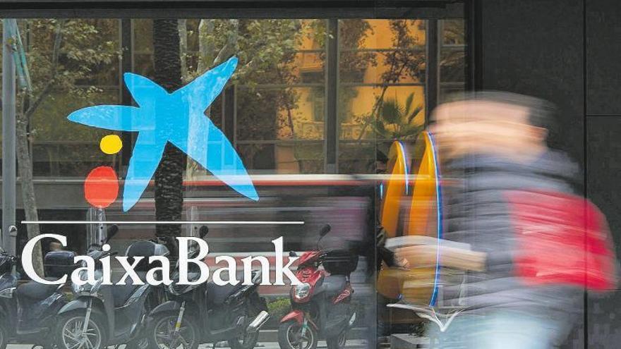 Caixabank y Bankia preparan la mayor fusión bancaria de España