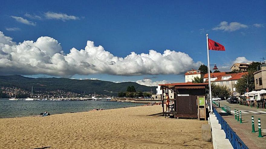 La playa de Arealonga se cierra al baño por precaución ante la mala calidad del agua
