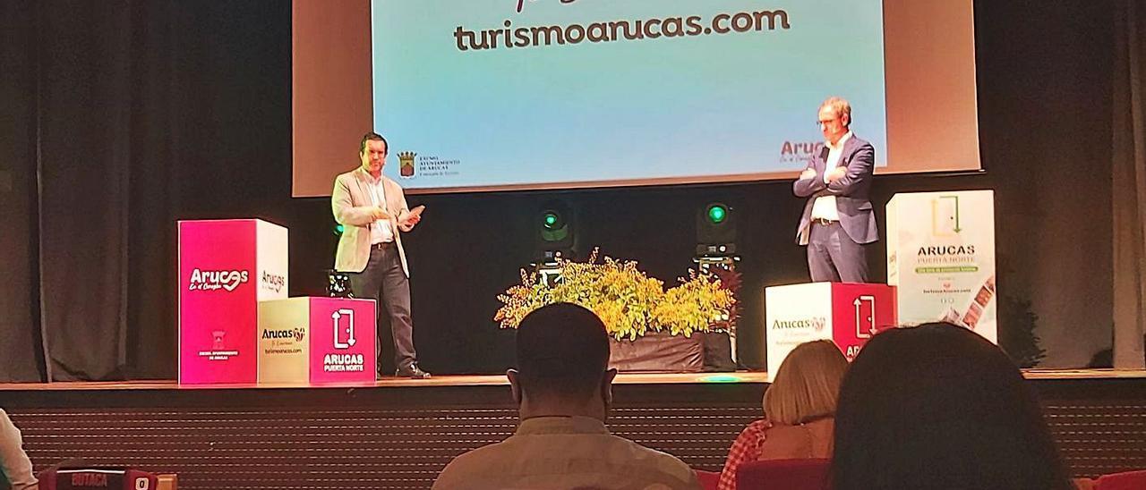 Juan Jesús Facundo (izquierda) y Óliver Armas, ayer, durante la presentación en el Nuevo Teatro Viejo de Arucas. .     LP/DLP