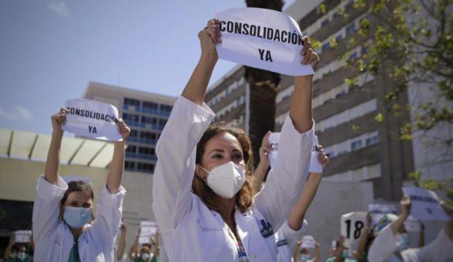 Los sanitarios se movilizan en los hospitales.