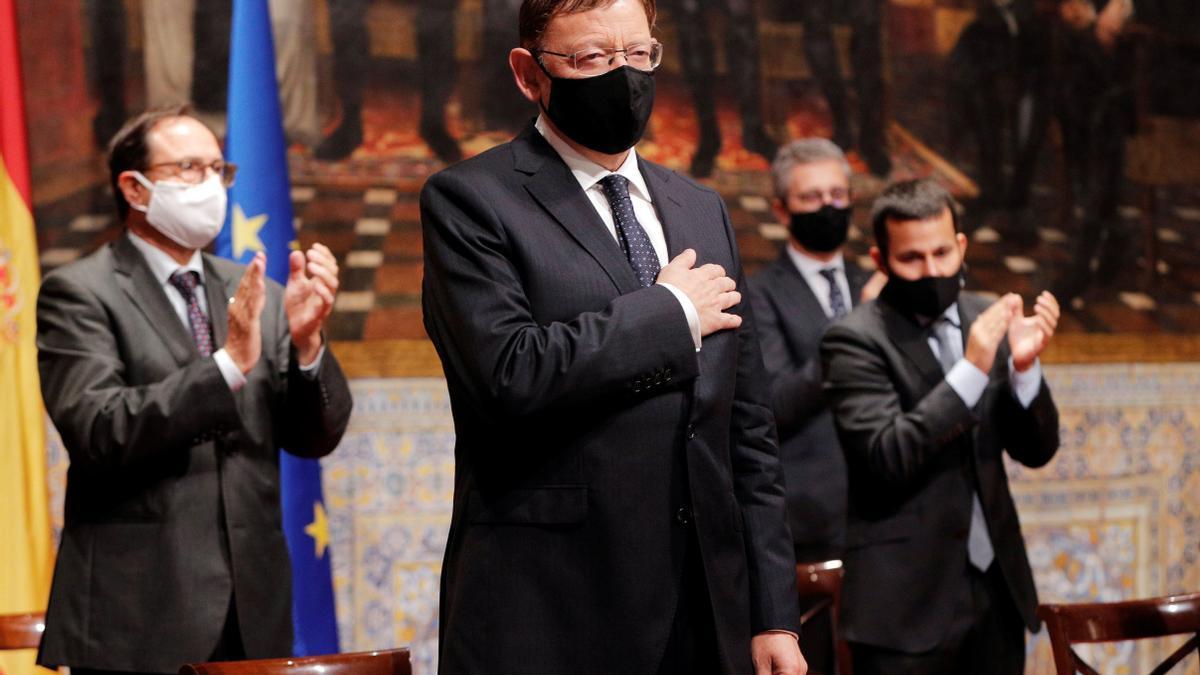 El president de la Generalitat, Ximo Puig, saluda al finalizar su intervención en el Palau de la Generalitat