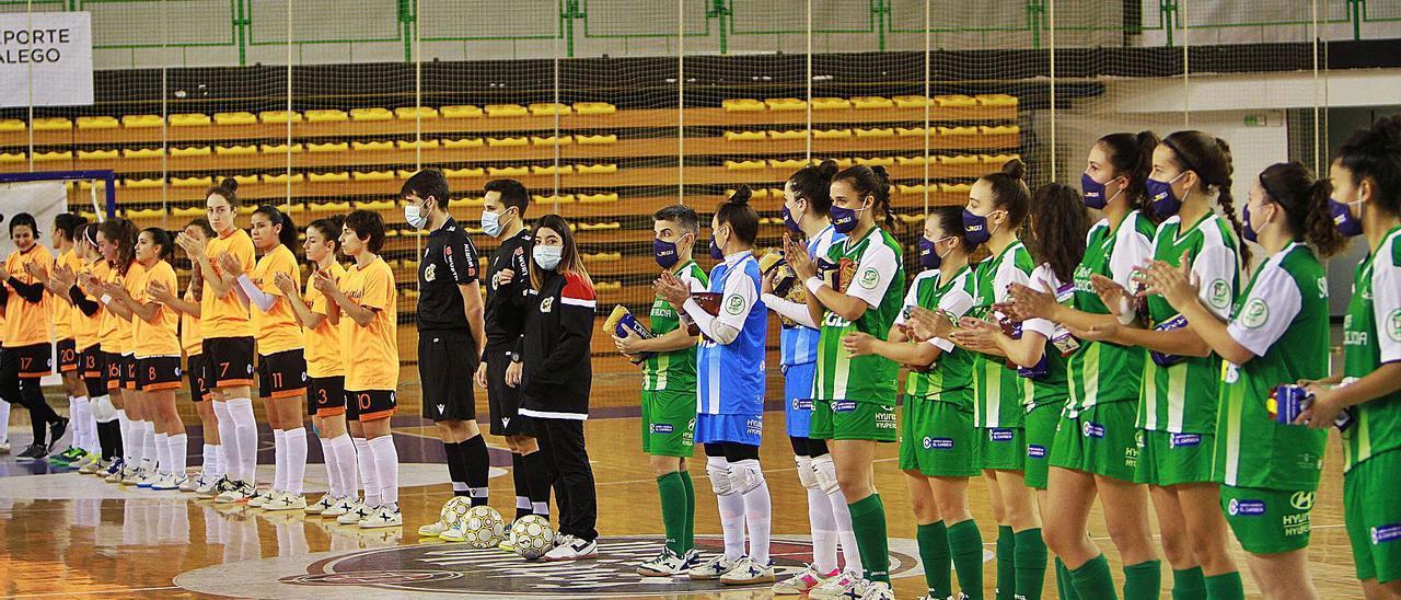 Jugadoras de Ourense Envialia y Cidade de As Burgas, en la formación previa al partido que las enfrentó en la Copa. |  // IÑAKI OSORIO