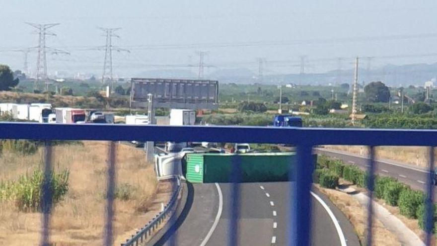Vuelca un camión en la AP-7 a la altura de Vila-real que obliga a cortar todos los carriles en sentido Barcelona