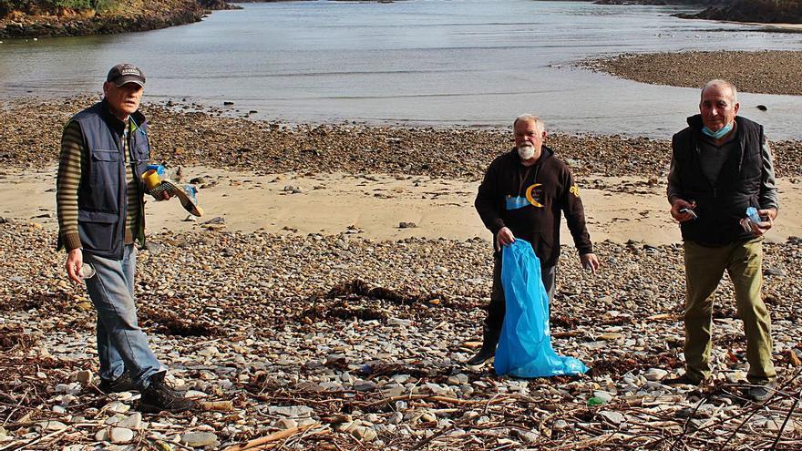 """Los """"abuelos del plástico"""", cuatro años limpiando la costa"""