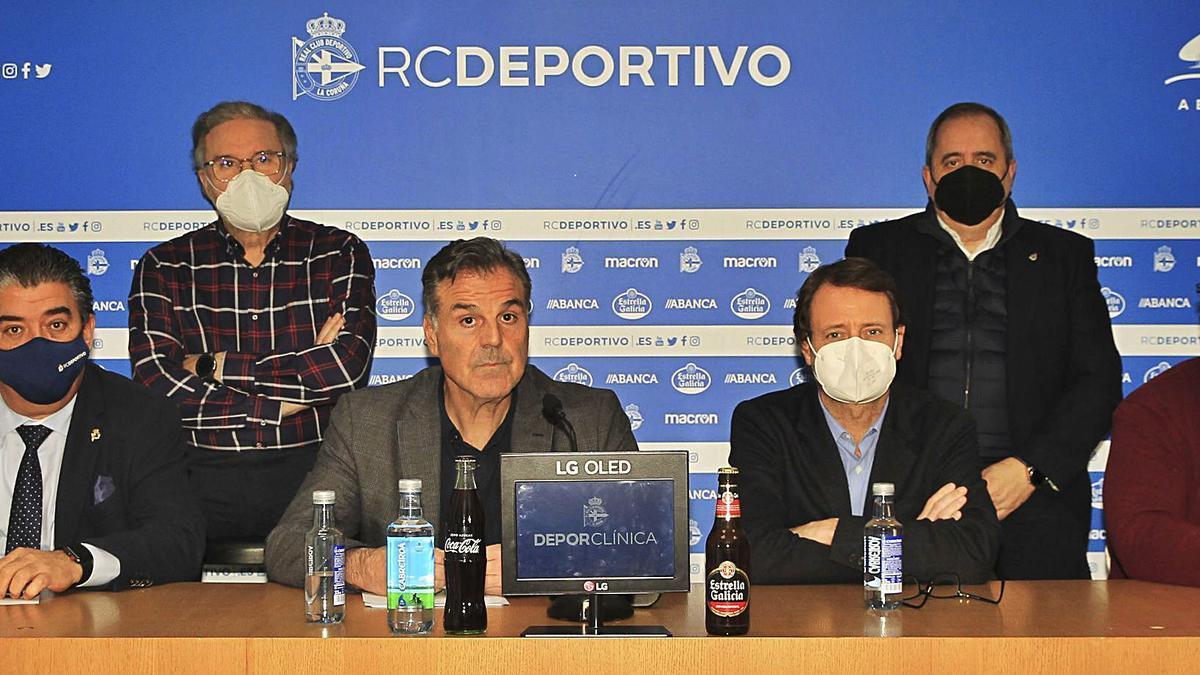 Fernando Vidal, ayer, acompañado de los consejeros José Luis Queijeiro y Manuel José Vázquez (detrás), y Ricardo González, Toño Armenteros y Federico García Poncet. |  // RCD