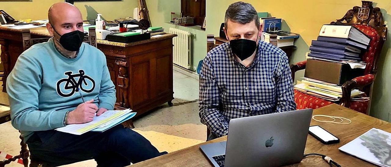 Marcos da Rocha –a la izquierda– y José Ramón Feito, en el despacho de Alcaldía del Ayuntamiento, ayer, durante la reunión telemática con el director general de Transformación Digital.   Reproducción de D. Á.