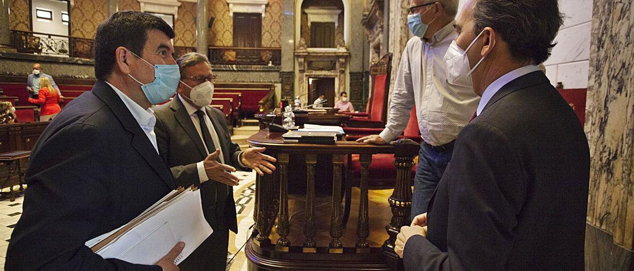 Giner y Ribó dialogan en presencia del secretario, antes de empezar el pleno. | F.BUSTAMANTE