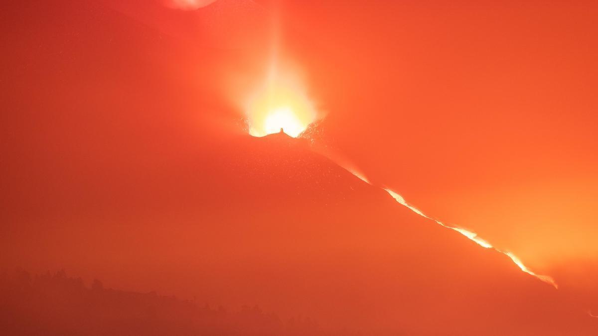 La Palma's Cumbre Vieja volcano continues to expel large amounts of lava.