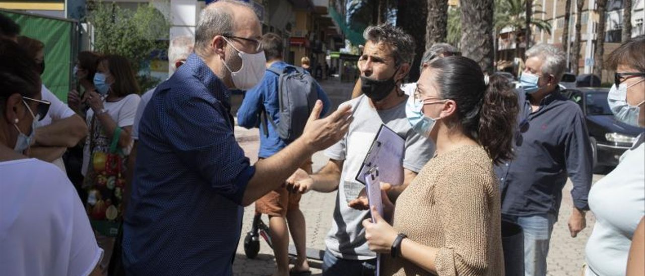 El alcalde conversando con los comerciantes | PERALES IBORRA