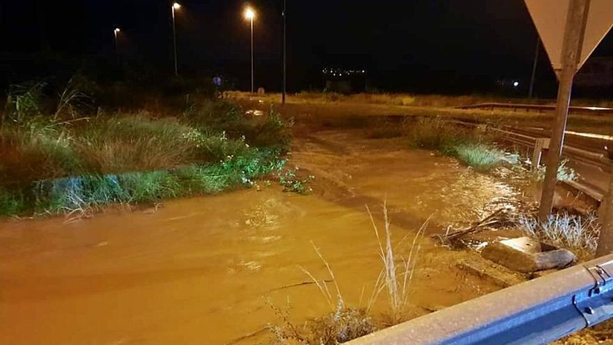 Otra tromba en La Casella y La Barraca enfurece los torrentes que inundan Alzira