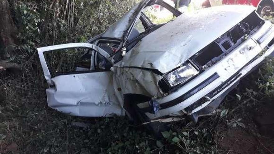 Un hombre de 37 años fallece tras salirse de la vía con su turismo en Bandoxa