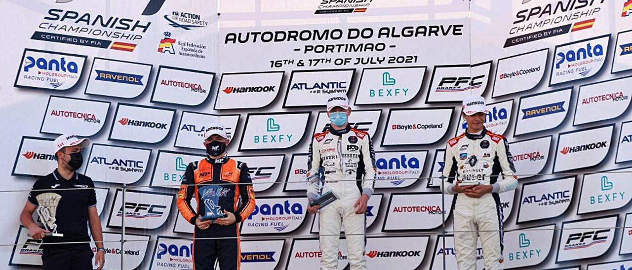 Sebastian Øgaard, en lo más alto del podio junto a su compañero Pepe Martí. | CAMPOS RACING