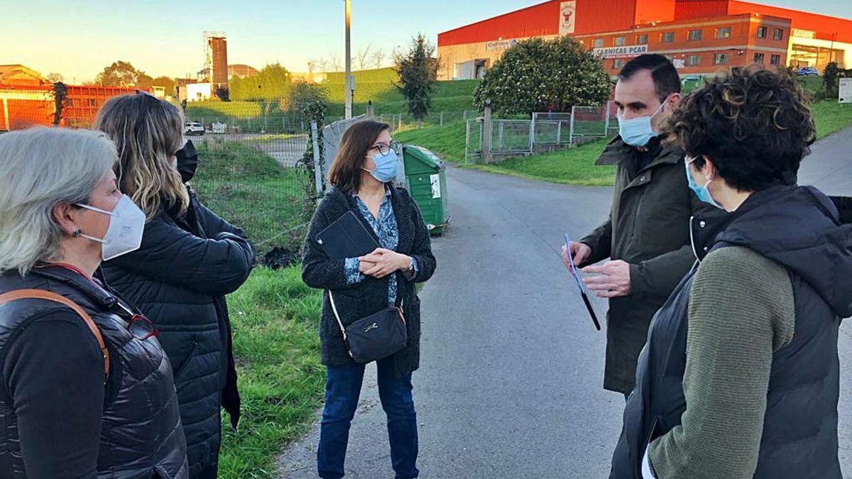 Reunión a pie de nave. Mara Simal y Rubén Pérez Carcedo, ediles de Ciudadanos, en un encuentro con vecinos ante la nave de Granda que se reformará como estación de ITV.