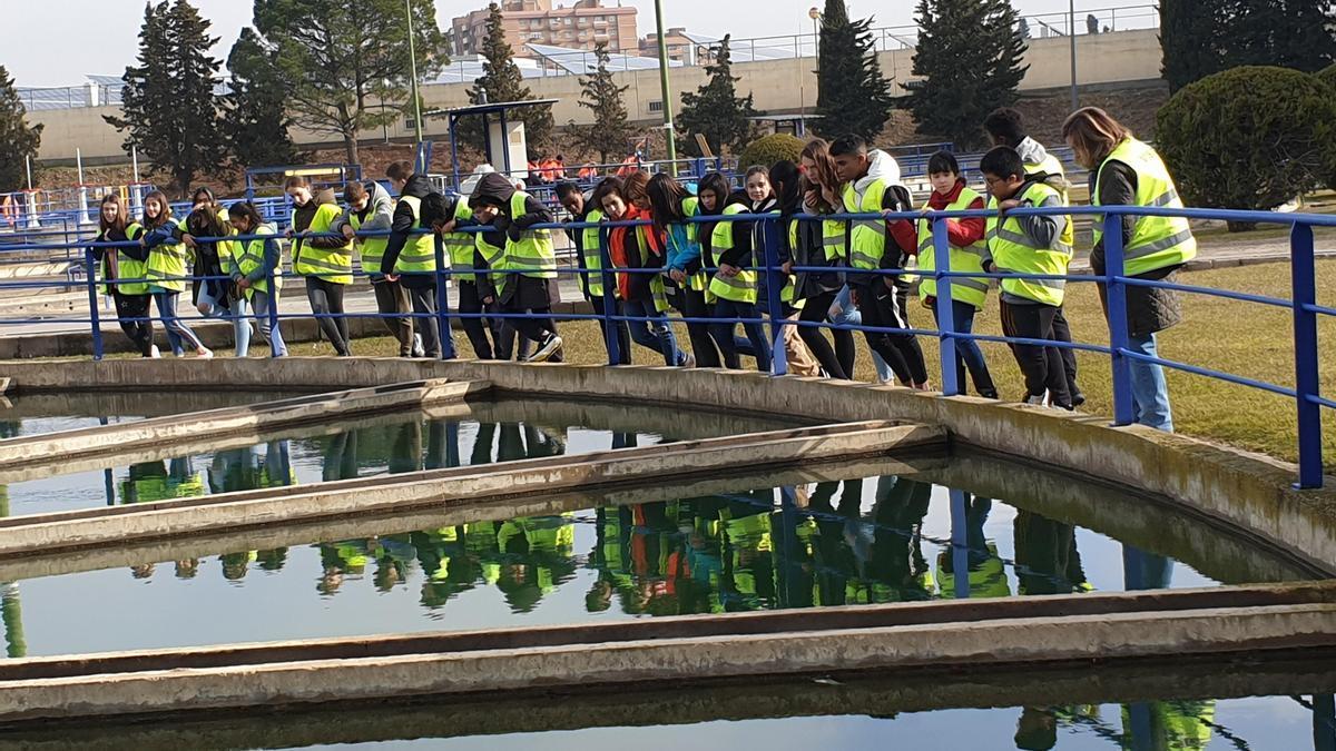 Estudiantes durante una visita a la potabilizadora de Casablanca.