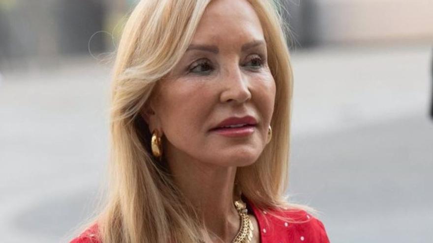 """Carmen Lomana arremete duramente contra Rocío Carrasco por Olga Moreno: """"Fregarán el suelo con ella"""""""