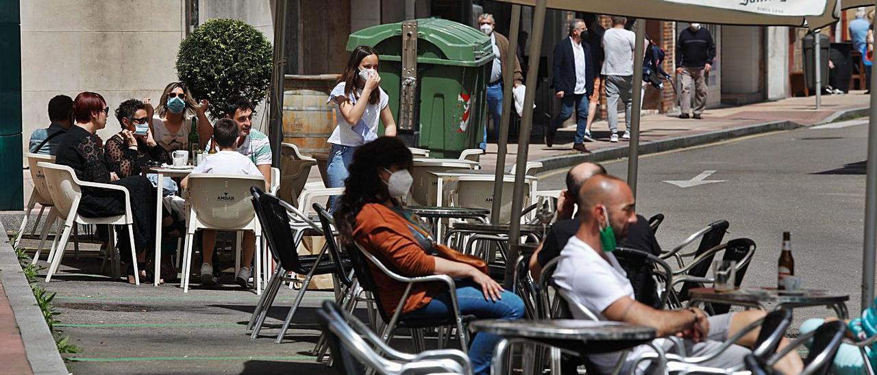 Algunos usuarios sentados en las terrazas de la plaza del Carbayedo.
