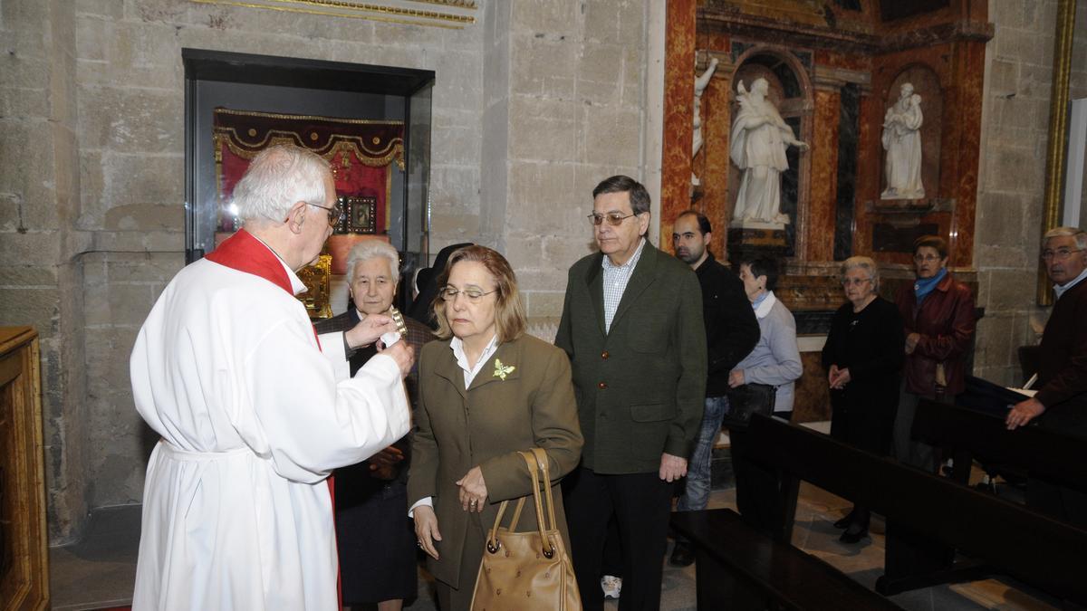Los fieles besan la reliquia de la Cruz de Carne en la Catedral de Zamora