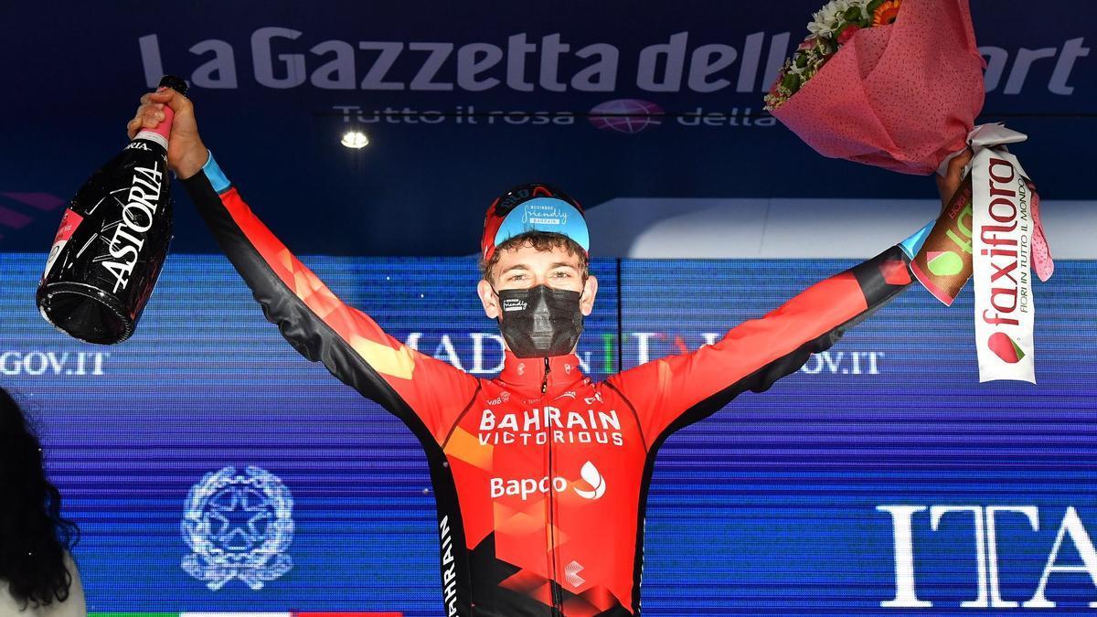 Gino Mäder celebra la victoria en el podio