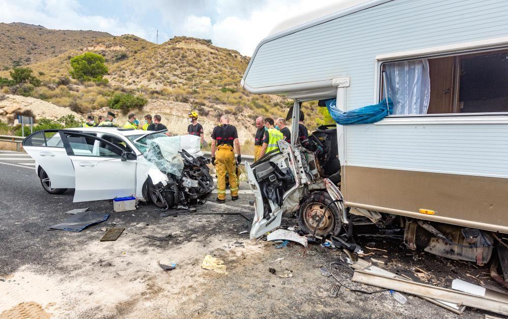 Un coche y una autocaravana han chocado a la altura de la venta Lanuza y la carretera ha sido cortada