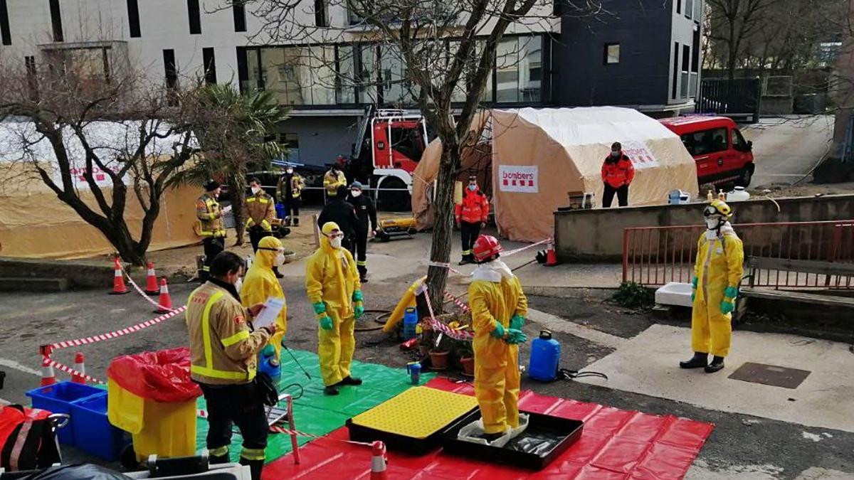 Desplegament dels Bombers a l'exterior per a les tasques de desinfecció del centre