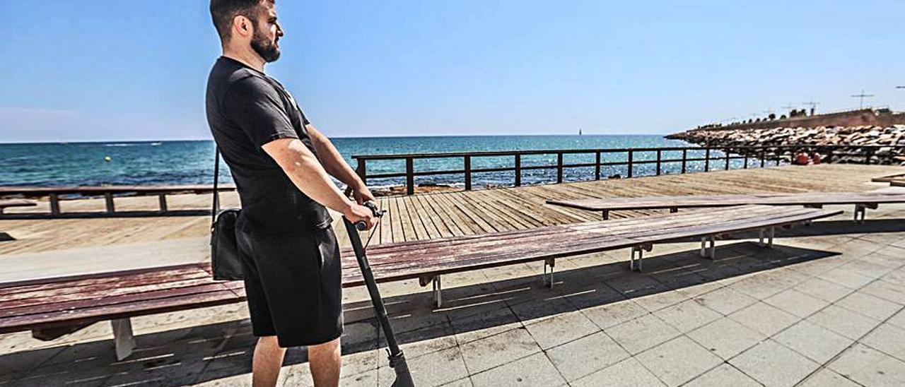Patinete eléctrico por el paseo marítimo de Torrevieja.   TONY SEVILLA